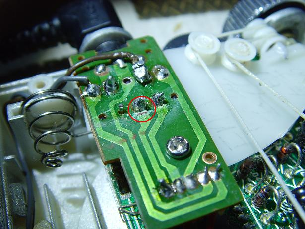 印刷线路曾被电池漏液腐蚀断了许多根