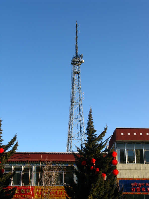 在电台大院内的信号发射塔